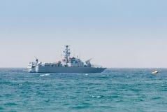Allväders- patrull för patrullfartyg på en molnig dag nära kusten av havsutrymmet av landet royaltyfri fotografi