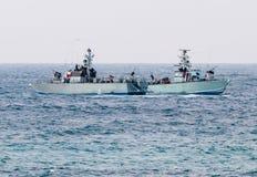 Allväders- patrullfartyg patrullerar nära kusten av landet arkivbilder