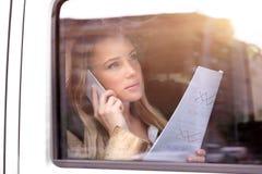 Allvarlig affärskvinna i bilen Royaltyfri Foto