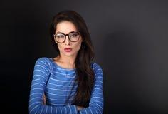 Allvarlig affärskvinna i blått se för kläd- och ögonexponeringsglas Royaltyfri Foto