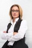 Allvarlig affärskvinna i den vita skjortan Royaltyfri Fotografi