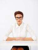 Allvarlig affärskvinna i exponeringsglas Arkivbilder