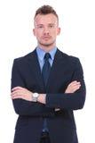 Allvarlig affärsman med korsade händer Royaltyfri Foto