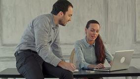 Allvarlig affärsman och kvinna med bärbara datorn arkivfilmer