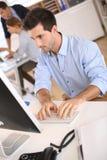 Allvarlig affärsman som arbetar på datoren Royaltyfri Bild