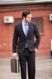 Allvarlig affärsman som går på gatan royaltyfri fotografi
