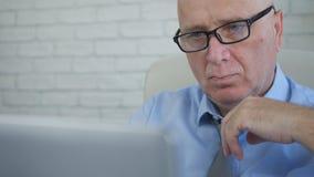 Allvarlig affärsman Thinking och analysering av online-informationer om bärbar dator royaltyfri bild