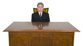 Allvarlig affärsman, kontorsskrivbord, stol som isoleras Arkivbilder