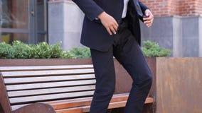 Allvarlig afrikansk affärsman Leaving, når att ha suttit på bänk royaltyfri foto