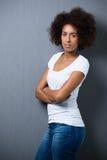 Allvarlig afrikansk amerikankvinna med en afro Arkivbilder