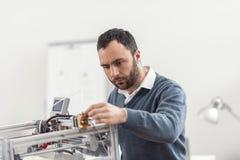 Allvarlig barntekniker som får skrivaren 3D klar för arbete Royaltyfria Bilder