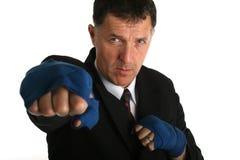 Allvarlig bussinessman som får klar för en kamp - få hans boxning förbinda på Arkivbild