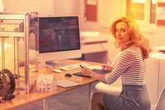 Allvarlig dam som ut kontrollerar en översikt av kontorsnätverket royaltyfri foto