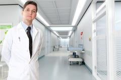 Allvarlig doktor på sjukhuset Royaltyfri Foto