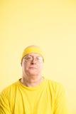 Bakgrund för guling för definition för kick för rolig manstående verkligt folk fotografering för bildbyråer