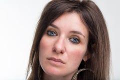 Allvarlig för kvinnacloseup för blåa ögon stående Royaltyfria Bilder
