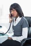 Allvarlig flott affärskvinna på telefonen arkivbild
