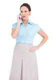 Allvarlig flott ung affärskvinna på telefonen royaltyfria bilder
