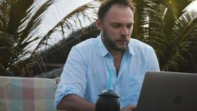 Allvarlig fokuserad Caucasian affärsman för närbild som använder bärbara datorn som direktanslutet arbetar i mobilt kontor under  stock video