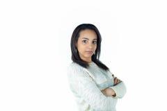 Allvarlig härlig ung kvinna på vitbakgrund Arkivbild