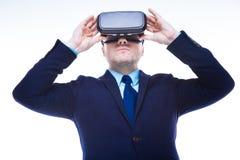 Allvarlig intelligent man som testar exponeringsglas för verklighet 3d Royaltyfria Bilder