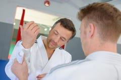 Allvarlig karatespelare som får klar att slåss royaltyfri bild