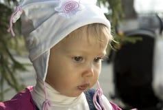 Allvarlig koncentrerad liten flicka Arkivfoto