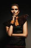 Allvarlig kvinna i bruna kläder Arkivfoto