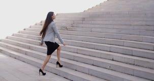 Allvarlig kvinna som går upp trappuppgång Royaltyfria Foton
