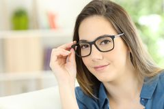 Allvarlig kvinna som poserar bärande glasögon Royaltyfri Foto