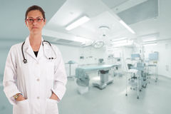Allvarlig kvinnlig doktor i fungeringsrum Arkivbilder