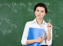 Allvarlig lärare på blackboarden arkivfoto