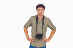 Allvarlig man i nått en höjdpunkt lock med kameran runt om hans hals Fotografering för Bildbyråer