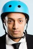 Rolig man som ha på sig cykla defin för kick för hjälmstående verkligt folk fotografering för bildbyråer