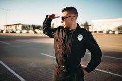 Allvarlig manlig snut i likformig och solglasögon royaltyfria foton