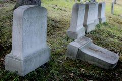 Allvarlig markör på en gammal kyrkogård arkivbild