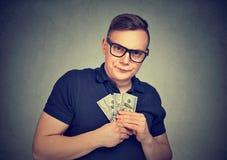 Allvarlig misstänksam girig man med pengar fotografering för bildbyråer