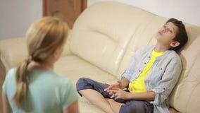 Allvarlig moder som föreläser den unpleased tonåringen i hem stock video