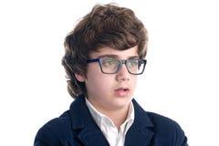 Allvarlig nerd med exponeringsglas över vit arkivfoto