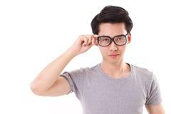 Allvarlig nerdman som ser dig, stora exponeringsglas Royaltyfri Fotografi