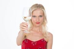 Allvarlig nordisk flicka som har ett rostat bröd med ett exponeringsglas av vin Royaltyfri Foto