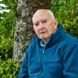 allvarlig pensionär för stående för skogman utomhus royaltyfria foton