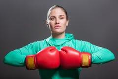 Allvarlig säker härlig ung idrottsman nenkvinna med samlat H arkivfoton