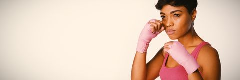 Allvarlig seende kvinnastridighet mot bröstcancer arkivfoto