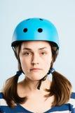 Rolig kvinna som ha på sig cykla def för kick för hjälmstående verkligt folk royaltyfria bilder