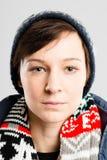 Backgrou för grå färg för definition för kick för allvarlig kvinnastående verkligt folk arkivfoto