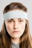 Backgrou för grå färg för definition för kick för allvarlig kvinnastående verkligt folk arkivbilder