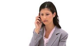 Allvarlig sekreterare som talar på telefonen Arkivbild