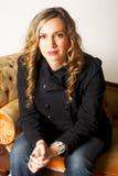 allvarlig sitting för härlig soffalady Royaltyfri Foto