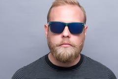 Allvarlig skäggig man i solglasögon royaltyfria bilder